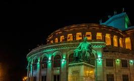 Ночь статуи театра оперы Еревана армянская стоковая фотография