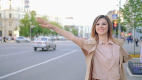 Нужна женщина дома езды показывая жестами дорога положения такси сток-видео