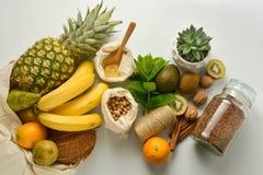 Нул хранений еды отхода Плоды и хлопья в сумках ткани eco, белой предпосылке r стоковые изображения rf
