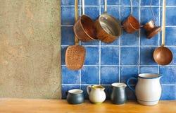 нутряная кухня Вися ретро комплект kitchenware меди дизайна Баки, stewpots, кофеварка, ложка, шумовка Стоковые Фото