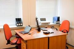 нутряное самомоднейшее рабочее место офиса Стоковая Фотография RF