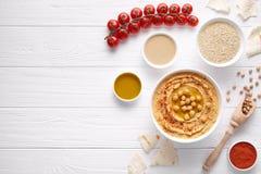 Нуты погружения vegan Hummus домодельные арабские здоровые наклеивают положение закуски плоское с ingridients Стоковые Фотографии RF