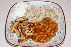 Нуты, рис, югурт и зажаренный цыпленок Традиционная турецкая еда Зажаренный отрезок куриной грудки в прокладки Стоковое Фото