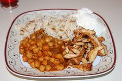 Нуты, рис, югурт и зажаренный цыпленок Традиционная турецкая еда Зажаренный отрезок куриной грудки в прокладки Стоковая Фотография