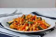 Нуты с карри, морковью, цукини, вид спереди Стоковые Фотографии RF