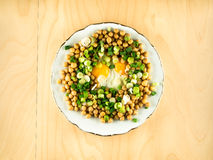 Нуты с яичницами и свежим луком на плите Стоковое Изображение RF