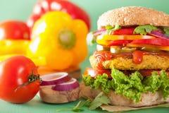 Нут Veggie и бургер sweetcorn с луком jalapeno перца Стоковое фото RF