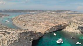Ныряет курорт, взгляд трутня лагун моря с прогулочными катерами и яхты и туристы людей отпускников плавают в бирюзе видеоматериал