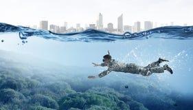 Нырять в бизнесмене воды Мультимедиа Стоковое Изображение RF