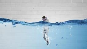 Нырять в бизнесмене воды стоковые изображения