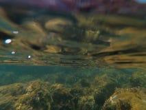 Нырять к нижней воде стоковые изображения rf