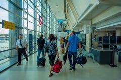 НЬЮАРК, NJ - 16-ОЕ ОКТЯБРЯ 2017: Неопознанные люди идя на интерьер авиапорта Ньюарка в Ньюарке, Нью-Джерси newark Стоковое Фото