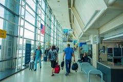 НЬЮАРК, NJ - 16-ОЕ ОКТЯБРЯ 2017: Неопознанные люди идя на интерьер авиапорта Ньюарка в Ньюарке, Нью-Джерси newark Стоковое Изображение