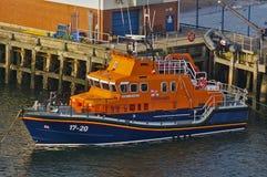 Ньюкасл, Великобритания - 5-ое октября 2014 - дух спасательной шлюпки 17-20 RNLI Нортумберленда на ее зачаливаниях Стоковая Фотография