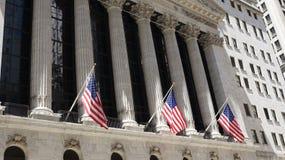 Нью-йоркская биржа и флаги Стоковые Фотографии RF