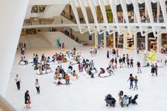 НЬЮ-ЙОРК - август 2018: Внутренний торговый центр Westfield Oculus во время занятого дня, эпицентра деятельности транспорта всеми стоковое изображение