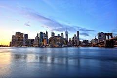 Нью-Йорк более низкое Манхаттан с Бруклинским мостом на сумраке Стоковые Изображения