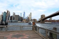 Нью-Йорк, Бруклинский мост, горизонт Манхаттана стоковые фото