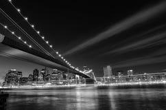 Нью-Йорк, Бруклинский мост на ноче - Нью-Йорк, Соединенные Штаты - черно-белой стоковая фотография rf