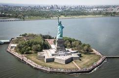 Нью-Йорк - взгляд неба статуи свободы Стоковые Изображения RF