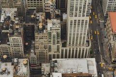 Нью-Йорк, вид с воздуха Манхэттена Здания, крыша, движение стоковые изображения