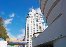 Нью-Йорк: горизонт и деталь музея Guggenheim строя 17-ого сентября 2014 Стоковые Изображения RF