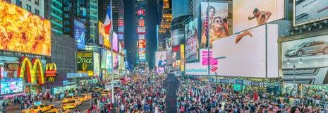 НЬЮ-ЙОРК - ИЮНЬ 2013: Ноча adsat Таймс площадь Нью-Йорк на Стоковые Изображения RF