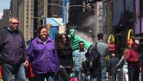 НЬЮ-ЙОРК - Май: Пешеходы и движение в Таймс площадь в Нью-Йорке, NY Таймс площадь одно из ` s мира большинств популярное attr сток-видео