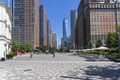 Нью-Йорк, Манхаттан Взгляд от парка батареи вдоль меньшего западного St Стоковое Изображение