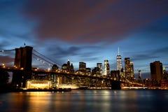 Нью-Йорк Манхаттан городское с Бруклинским мостом на сумраке Стоковая Фотография