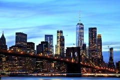 Нью-Йорк Манхаттан городское с Бруклинским мостом на сумраке Стоковые Фото