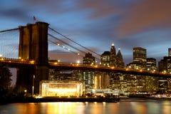 Нью-Йорк Манхаттан городское с Бруклинским мостом на сумраке Стоковое фото RF