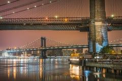 Нью-Йорк на мостах ночи, Бруклина и Манхаттана Стоковое фото RF