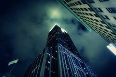 НЬЮ-ЙОРК - НОЯБРЬ 2018: Крупный план Эмпайр-стейт-билдинг вечером в Нью-Йорке Свет запроектированный на облаках стоковое фото rf