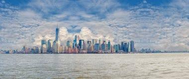 НЬЮ-ЙОРК, НЬЮ-ЙОРК - 28-ОЕ ДЕКАБРЯ 2013: Гудзон и городской горизонт Манхаттана, панорама ландшафта NYC с пасмурным голубым небом Стоковые Фотографии RF