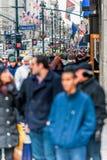 НЬЮ-ЙОРК, НЬЮ-ЙОРК - 30-ОЕ ДЕКАБРЯ 2013: Много туристских людей в Нью-Йорке, Манхаттане 5-ый бульвар Стоковые Изображения