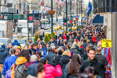 НЬЮ-ЙОРК, НЬЮ-ЙОРК - 30-ОЕ ДЕКАБРЯ 2013: Много туристских людей в Нью-Йорке, Манхаттане 5-ый бульвар Стоковая Фотография