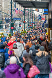 НЬЮ-ЙОРК, НЬЮ-ЙОРК - 30-ОЕ ДЕКАБРЯ 2013: Много туристских людей в Нью-Йорке, Манхаттане 5-ый бульвар Стоковое Изображение RF