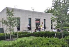 Нью-Йорк, 2-ое августа: Информационный центр от острова статуи свободы на драматическом небе в Нью-Йорке Стоковое фото RF