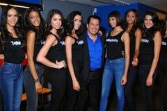 НЬЮ-ЙОРК - 8-ОЕ АВГУСТА: Компановка моделей кулуарная с судьями перед верхним модельным состязанием Latina 2014 Стоковые Фотографии RF
