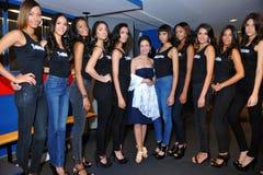НЬЮ-ЙОРК - 8-ОЕ АВГУСТА: Компановка моделей кулуарная с судьями перед верхним модельным состязанием Latina 2014 Стоковая Фотография