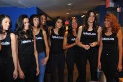 НЬЮ-ЙОРК - 8-ОЕ АВГУСТА: Компановка моделей кулуарная с судьями перед верхним модельным состязанием Latina 2014 Стоковые Изображения