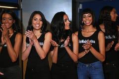 НЬЮ-ЙОРК - 8-ОЕ АВГУСТА: Компановка моделей кулуарная с судьями перед верхним модельным состязанием Latina 2014 Стоковые Изображения RF
