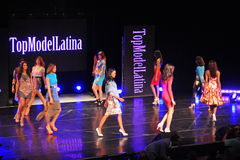 НЬЮ-ЙОРК - 8-ОЕ АВГУСТА: Модели состязаются на модели Latina 2014 этапа наверху Стоковые Изображения RF