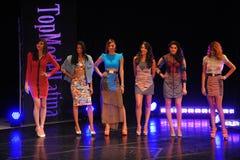 НЬЮ-ЙОРК - 8-ОЕ АВГУСТА: Модели состязаются на модели Latina 2014 этапа наверху Стоковое Изображение
