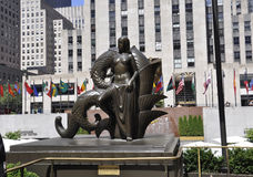 Нью-Йорк, 2-ое августа: Понизьте статую площади Рокефеллер от Манхаттана в Нью-Йорке стоковая фотография rf
