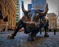 НЬЮ-ЙОРК, 24-ОЕ АПРЕЛЯ 2015: Бык Уолл-Стрита на улице Бродвей Закройте вверх по взгляду агрессивного быка с дымом пара носа NYC Н стоковое изображение rf