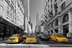 НЬЮ-ЙОРК - 15-ОЕ АПРЕЛЯ: Желтые езды такси на 5-ом бульваре 1-ого апреля Стоковое Изображение RF