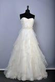 НЬЮ-ЙОРК - 22-ОЕ АПРЕЛЯ: Мантия свадьбы на манекенах для представления баржи Энн bridal Стоковое Фото
