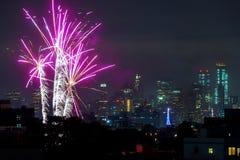 НЬЮ-ЙОРК - 4-ОЕ ИЮЛЯ: Выставка фейерверка Дня независимости Нью-Йорка Манхаттана в Гудзоне как ежегодная традиция для того чтобы  стоковое фото rf